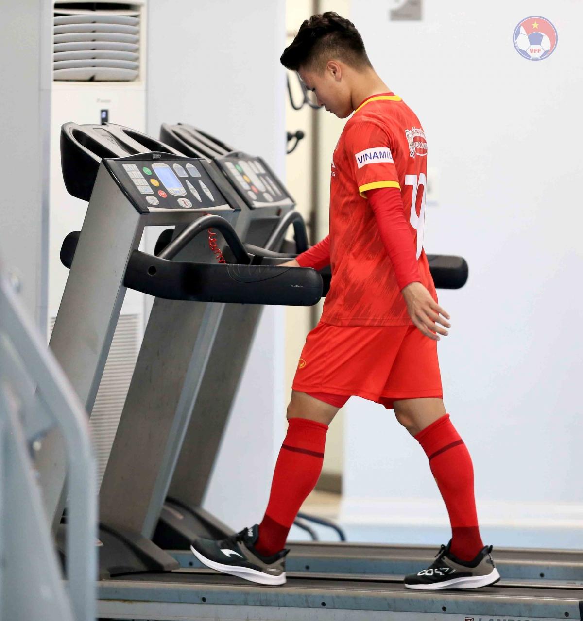 Quang Hải bị mỏi cơ và tập luyện trong phòng gym để tránh nguy cơ chấn thương.