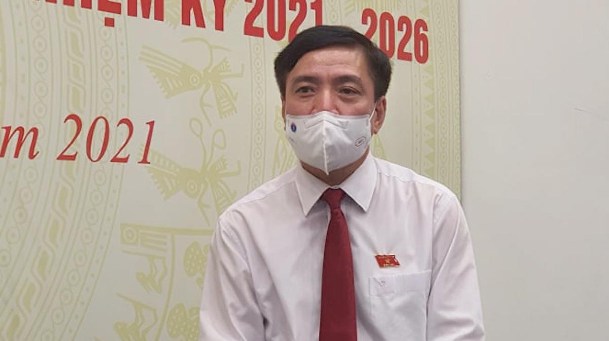 Ông Bùi Văn Cường trả lợi báo chí tại Trung tâm Báo chí bầu cử, tối 23/5