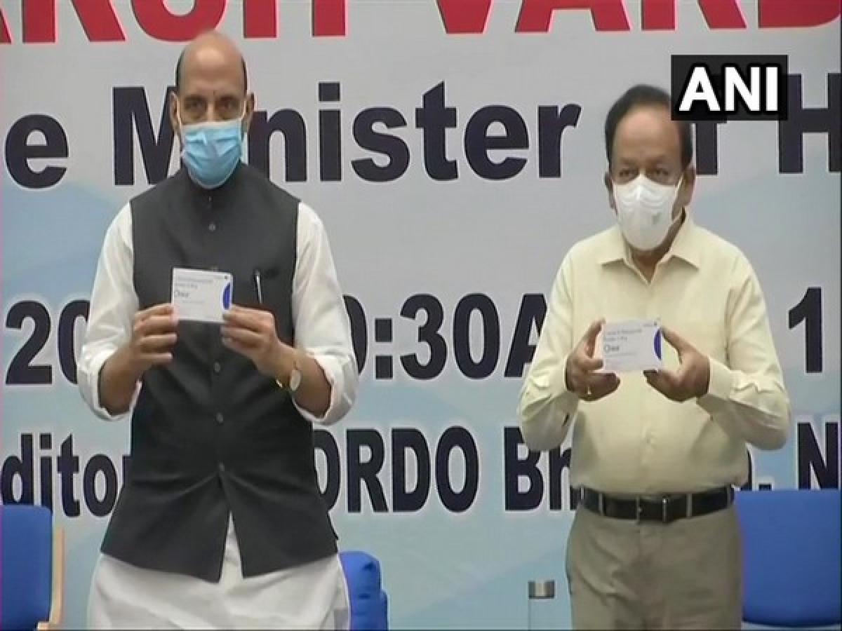 Bộ trưởng Quốc phòng Ấn Độ Rajnath Singh và Bộ trưởng Y tế Harsh Vardhan công bố loại thuốc điều trị Covid-19 2-DG sáng 17/5. (Ảnh: ANI)