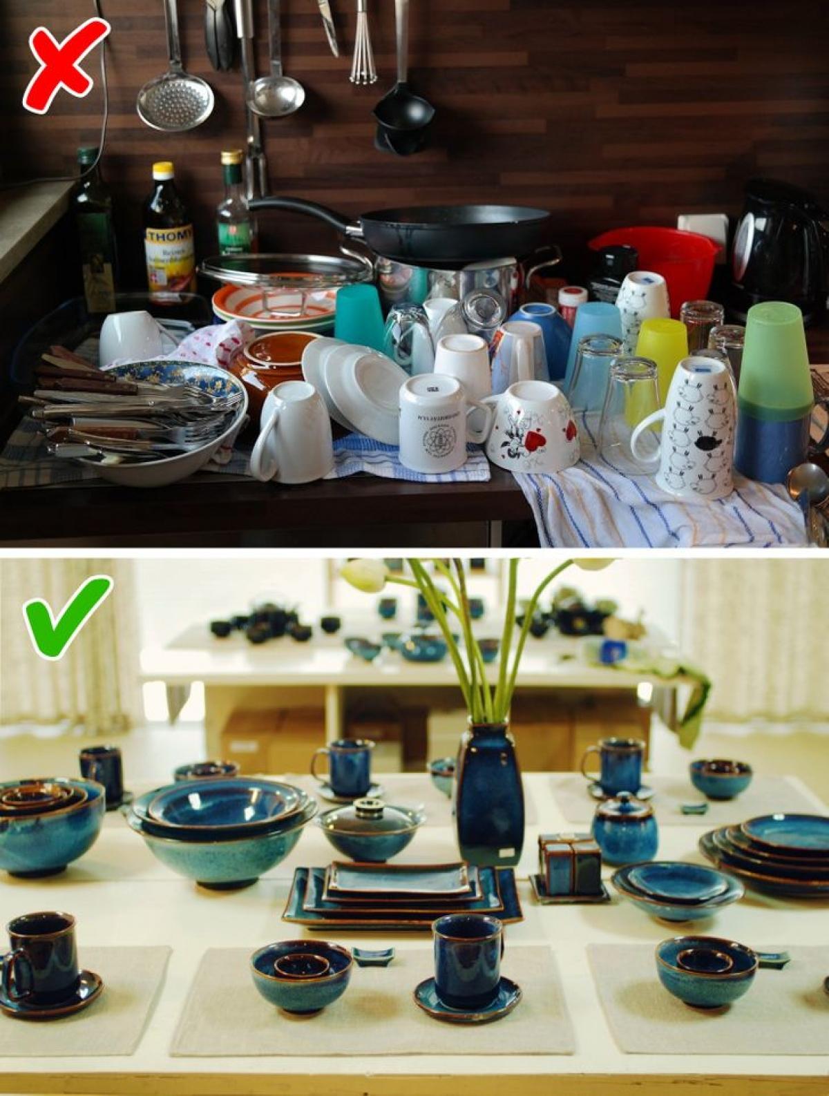Cùng một phong cách: Bạn có thể bỏ ra rất nhiều tiền để mua những món nội thất nhà bếp đắt đỏ, nhưng công sức đó có thể trở thành vô ích nếu bạn mua đồ không khớp với nhau. Lời khuyên là bạn hãy lựa chọn chén, bát, lọ hoa, ống đũa, dao, thớt... theo một phong cách và một tông màu nhất định, trừ việc chủ định chọn một vài món làm điểm nhấn.