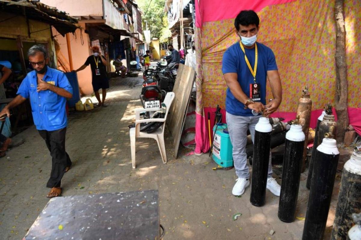 Shanawaz Shaikh (phải) đã cung cấp oxy miễn phí cho hàng nghìn người. Ảnh: AFP