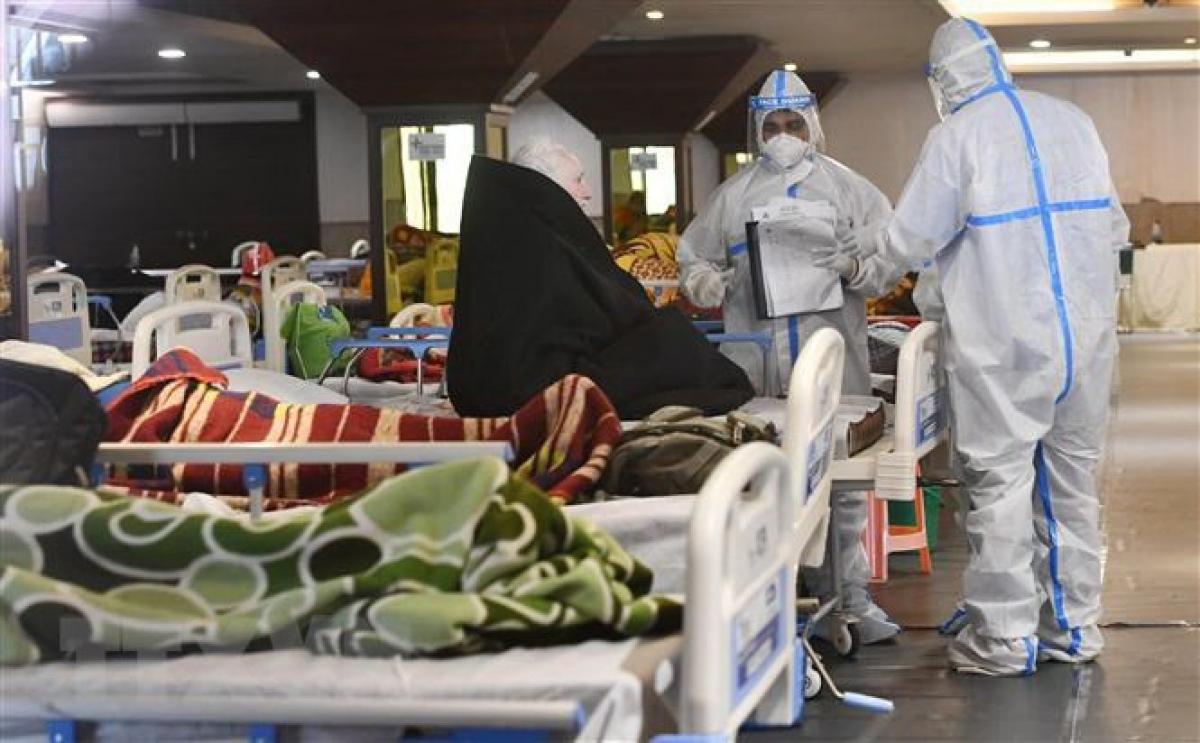 Nhân viên y tế điều trị cho bệnh nhân mắc Covid-19 tại bệnh viện ở New Delhi, Ấn Độ. (Ảnh: THX/TTXVN)