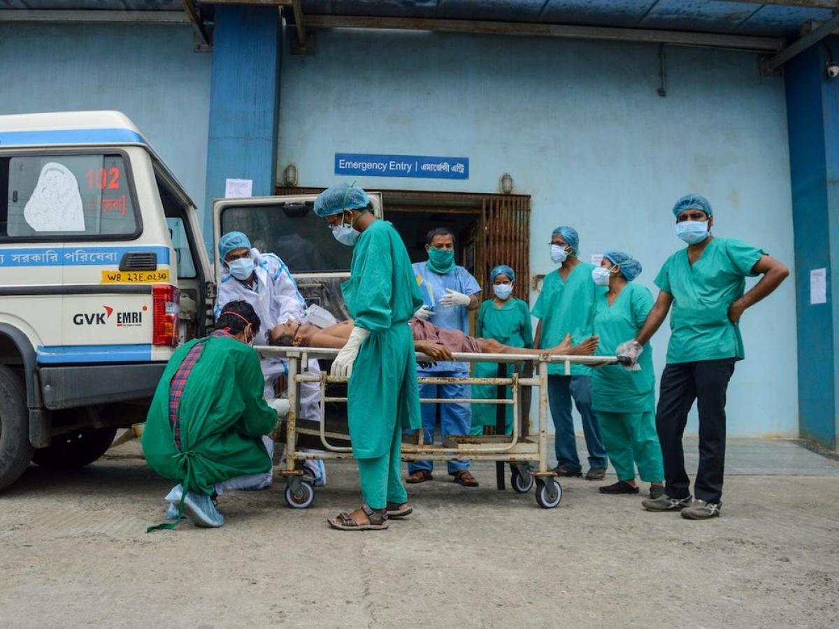 Một bệnh nhân mắc Covid-19 đang nguy kịch và được đưa tới phòng chăm sóc đặc biệt tại Kolkata, Ấn Độ. Ảnh: Getty
