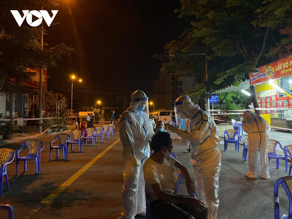 Lực lượng y tế Đà Nẵng lấy mẫu xét nghiệm trong đêm tại KCN An Đồn.