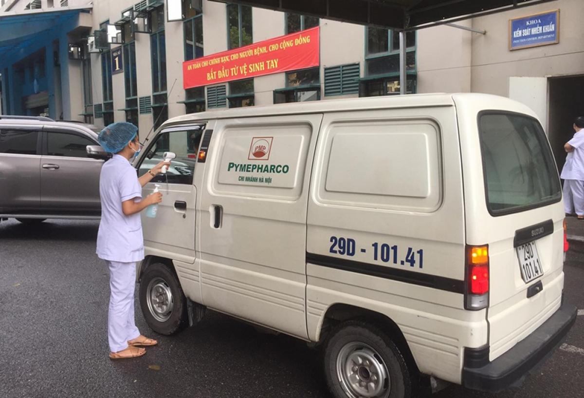 Nhân viên y tế kiểm soát bệnh nhân ra vào Bệnh viện Hữu nghị Việt Xô.