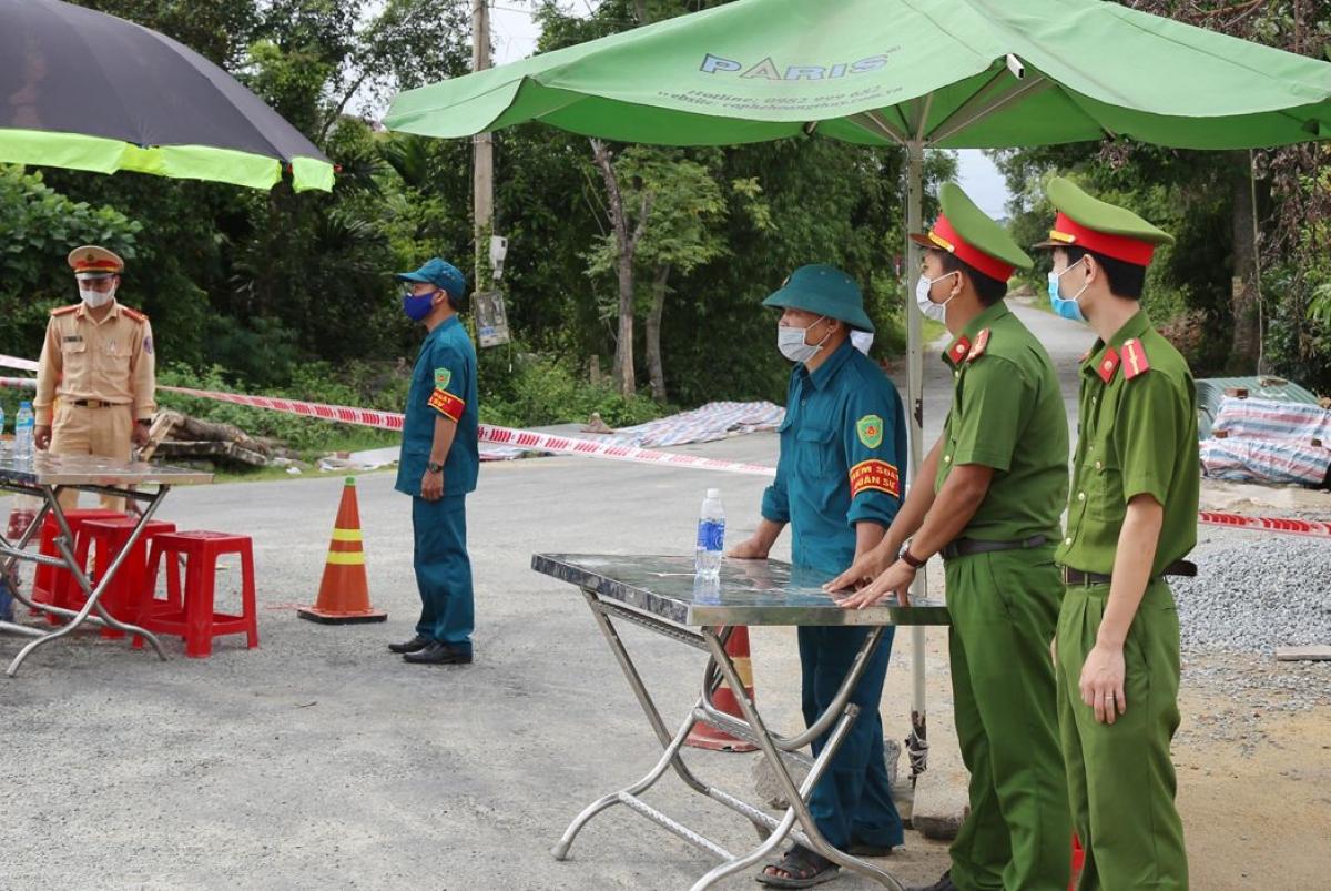 Hiện 15 chốt kiểm soát được lập, phong tỏa 2 thôn tại huyện Thạch Hà sau khi có 2 trường hợp dương tính với SARS-CoV-2.