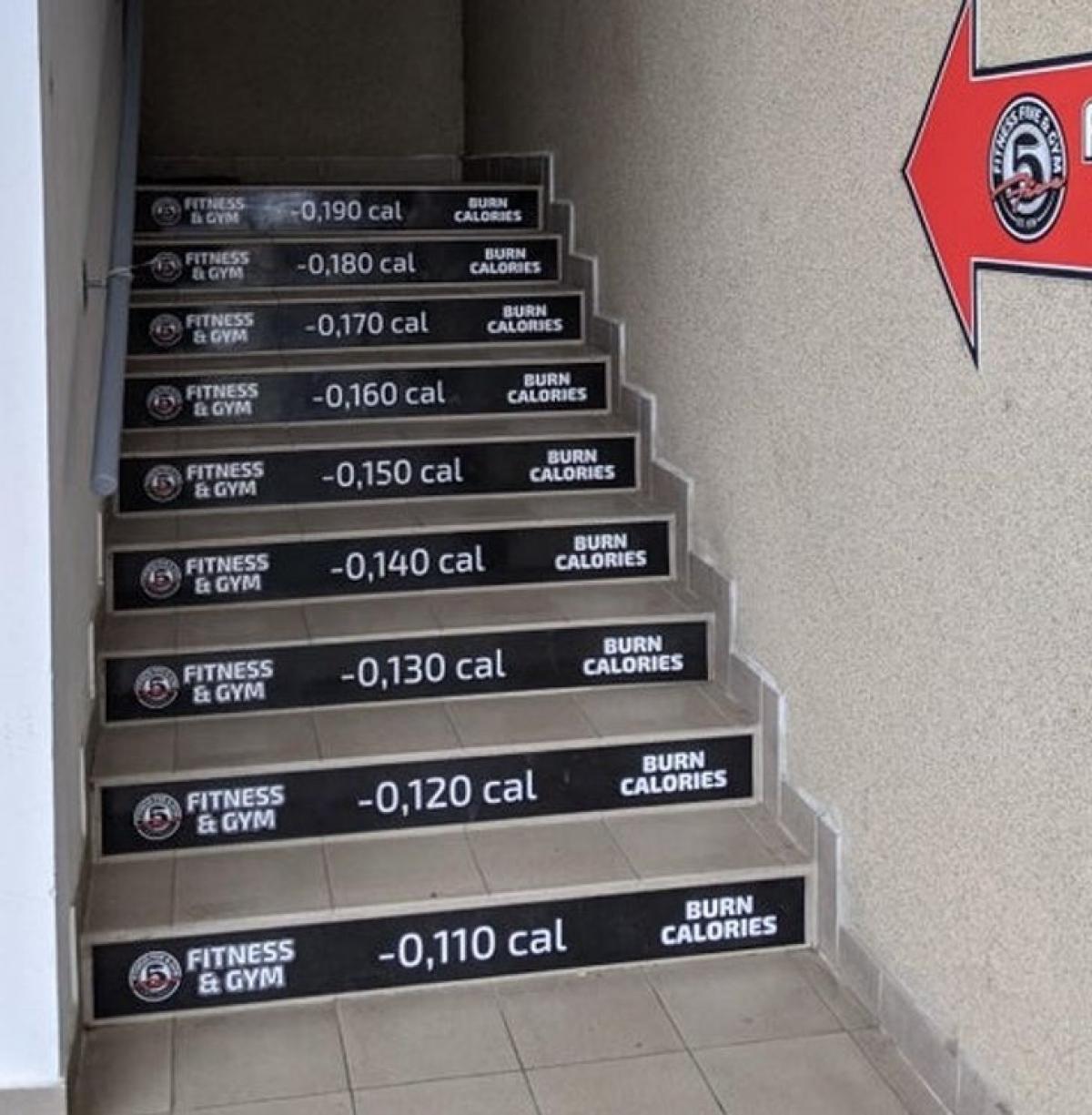Câu lạc bộ gym đã cụ thể hóa chính xác lượng calo tiêu tốn khi bạn đi từng bậc cầu thang bộ lên phòng tập. Việc thông tin cụ thể những kết quả của mỗi hành động được chứng minh sẽ tạo động lực khuyến khích con người hoàn thành công việc đề ra.