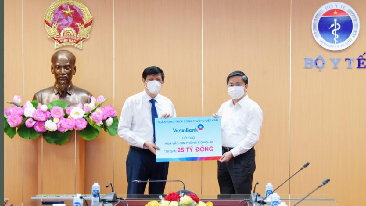 Đồng chí Lê Đức Thọ - Ủy viên BCH Trung ương Đảng, Bí thư Đảng ủy, Chủ tịch HĐQT VietinBank trao ủng hộ 25 tỷ đồng mua vaccine.