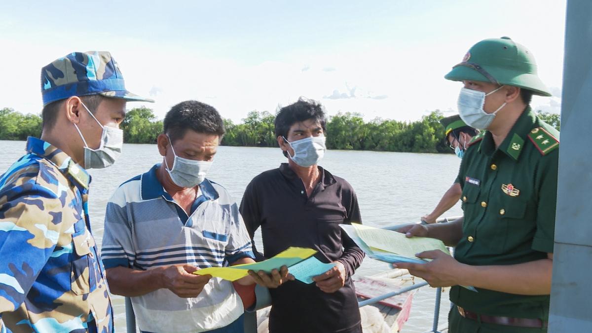 Lực lượng BĐBP Sóc Trăng tuyên truyền chống xuất nhập cảnh trái phép cho ngư dân