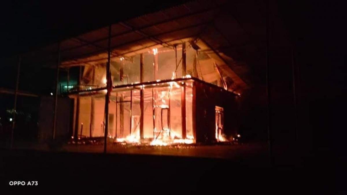 Ngọn lửa lớn bao trùm toàn bộ căn nhà.
