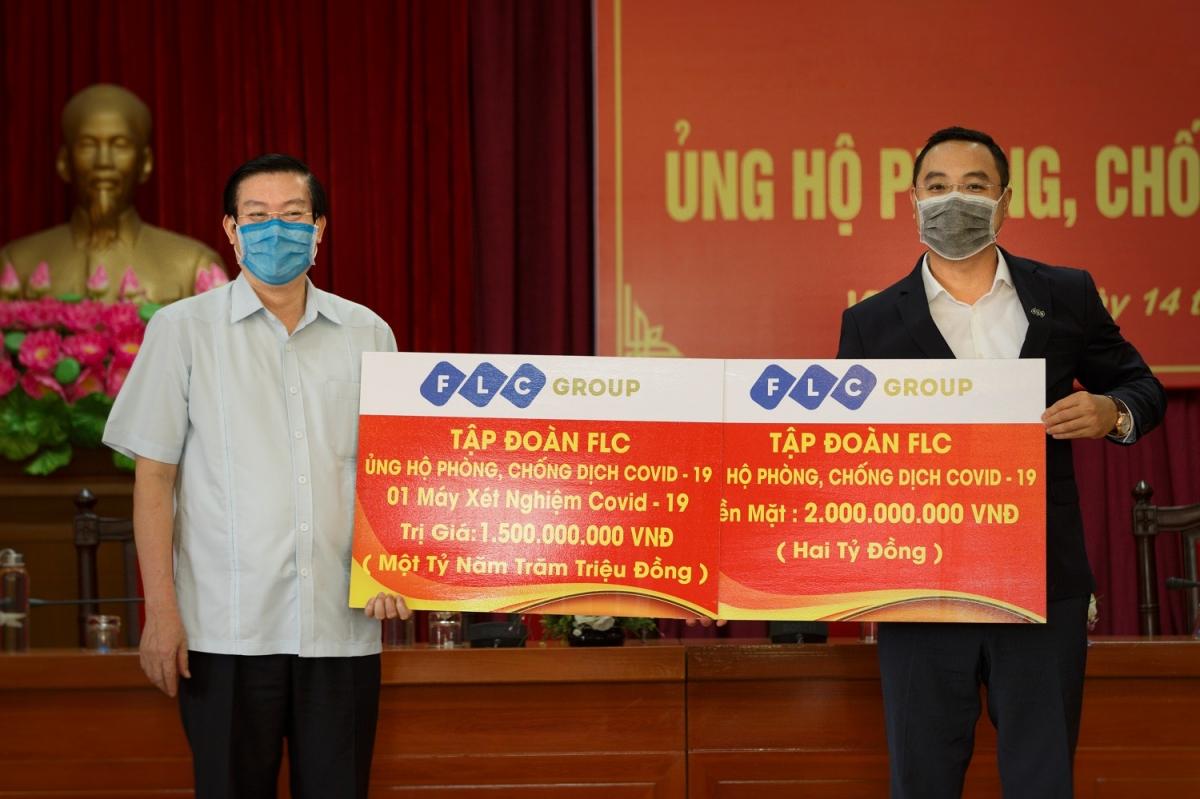 Tập đoàn FLC trao tặng 3,5 tỷ đồng tiền mặt và hiện vật hỗ trợ Vĩnh Phúc phòng chống dịch Covid-19.