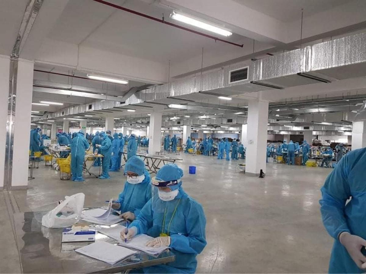 Nhân viên y tế thực hiện lấy mẫu xét nghiệm Covid-19 cho toàn bộ công nhân đang làm việc tại Công ty TNHH Crystal Martin Việt Nam, Khu công nghiệp Quang Châu (Việt Yên – Bắc Giang). (Ảnh: Ngân Hà)