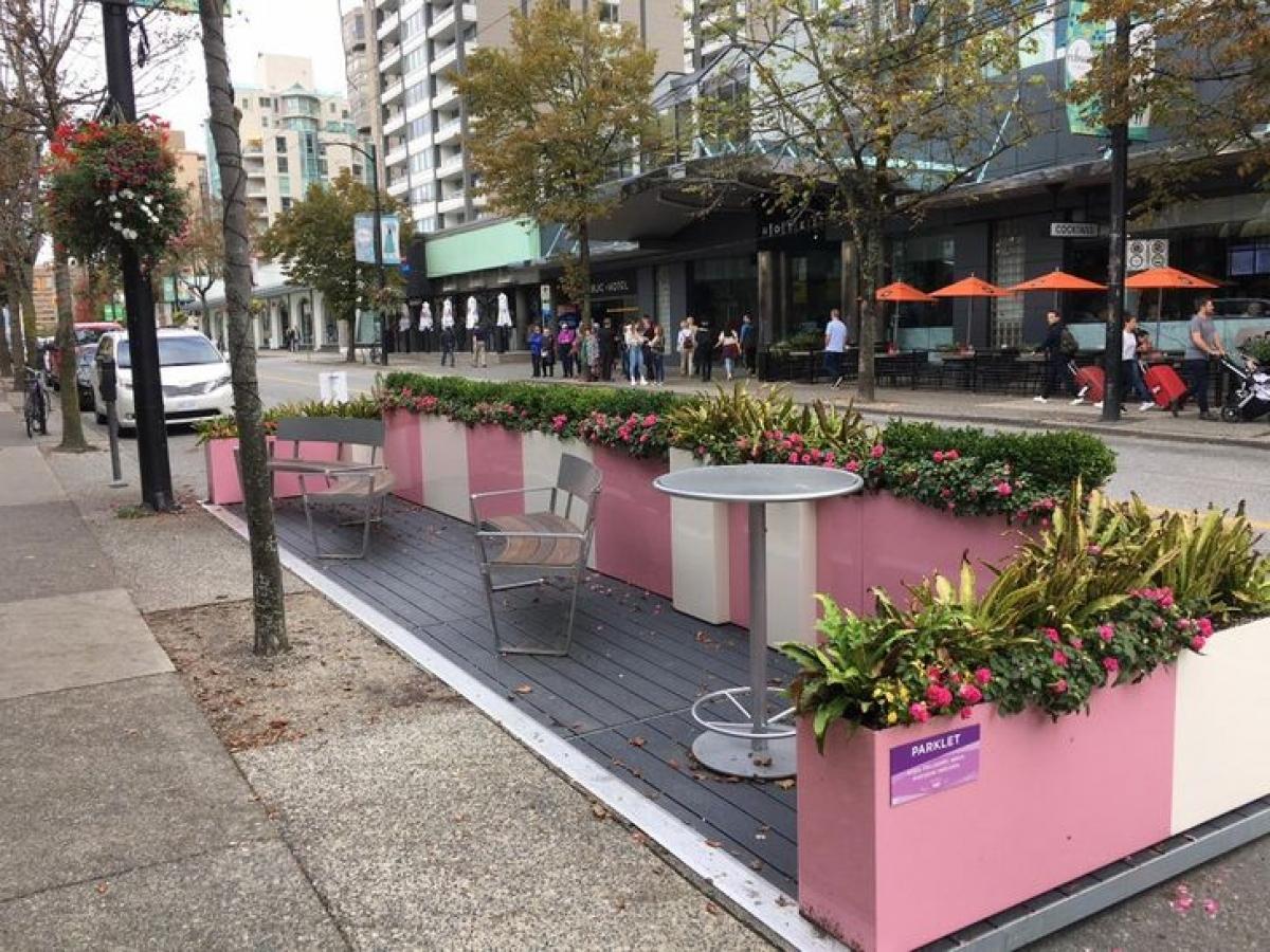 Để tạo điều kiện cho các cư dân đô thị tận hưởng những khoảng không gian xanh quý giá, một số đô thị ở các nước đã quyết định chuyển một số chỗ đỗ xe trên đường thành các công viên mini (parklet).