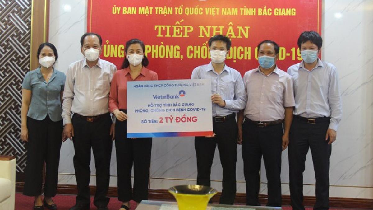 Đại diện VietinBank trao ủng hộ 2 tỷ đồng phòng, chống dịch Covid-19 tại Bắc Giang.