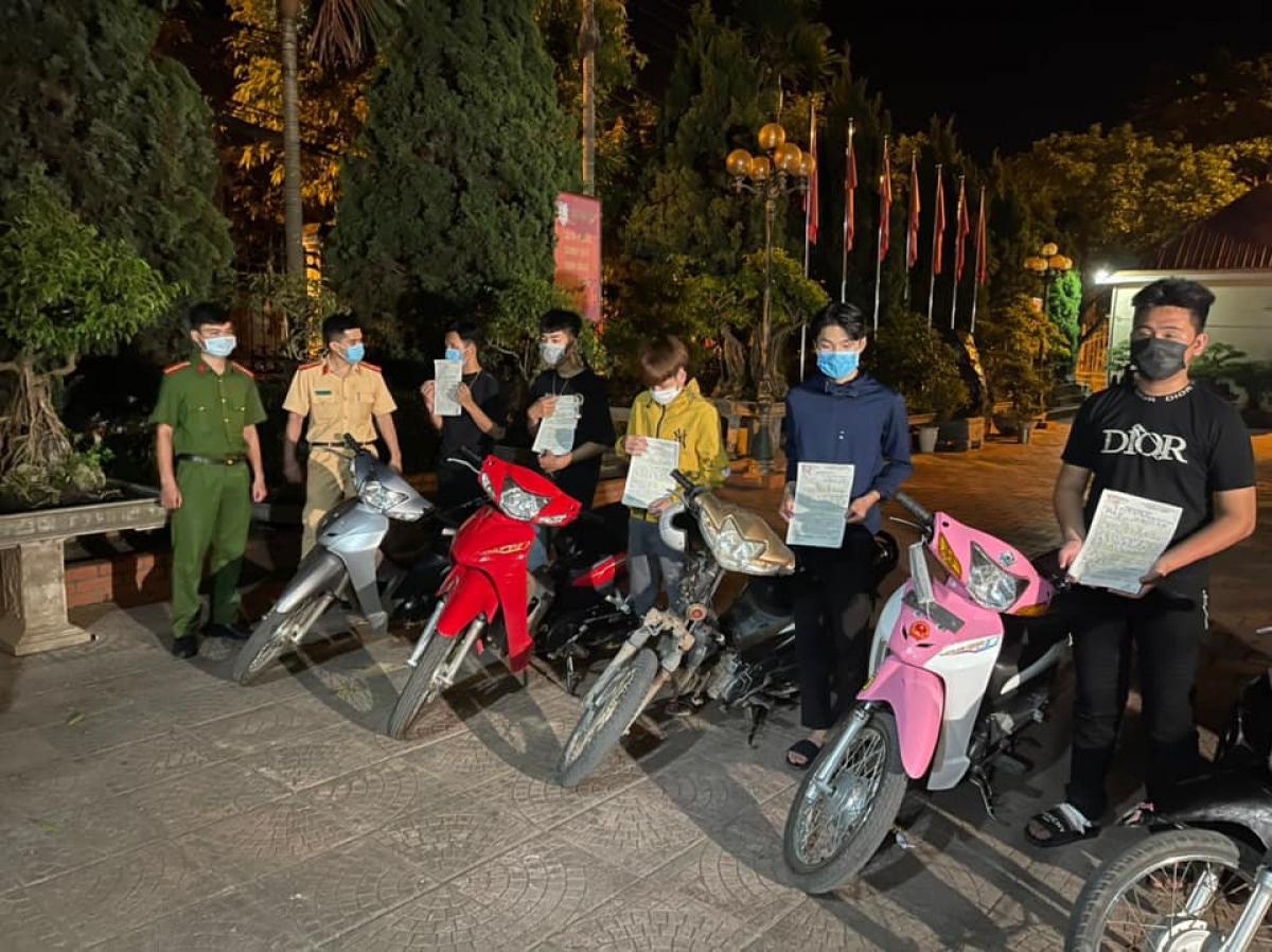 """Nhóm """"quái xế"""" tại thị xã Thái Hòa với hàng loạt vi phạm."""