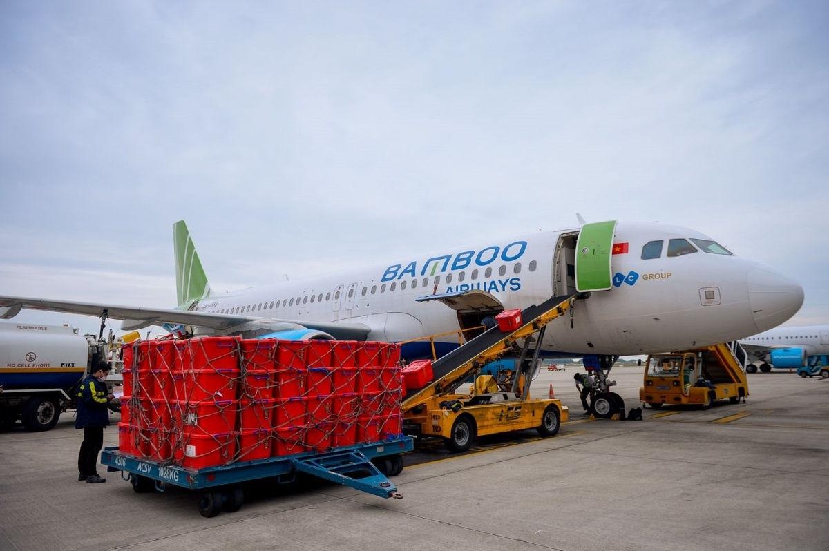 Bamboo Airways vận chuyển 100 tấn hàng hóa miễn cước hỗ trợ các địa phương khắc phục hậu quả lũ lụt.