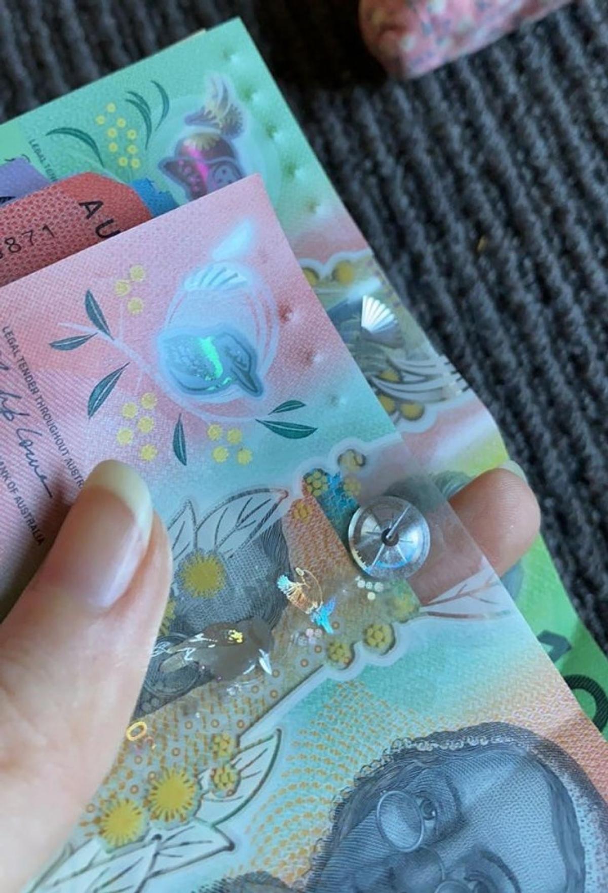 Chính phủ Australia đã lắng nghe lời đề nghị của một cậu bé 15 tuổi bị mù Connor McLeod - người đã viết thư lên Chính phủ, đề nghị phát hành một loại tiền polymer thuận tiện hơn cho người khiếm thị. Bộ tiền mới đã chính thức được phát hành ngày 01/9/2016 với tờ bạc 5 dollar Úc.
