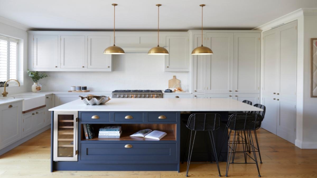 Điểm mấu chốt cho sự thành công về thiết kế của căn bếp tuyệt đẹp ở London này là sự cân bằng giữa các mặt đối lập, giữa cổ điển và hiện đại, bóng tối và ánh sáng và sự kết hợp, pha trộn nhiều lớp kết cấu, vật liệu.Để tối đa hóa không gian và khai thác chiều cao trần, các ngăn tủ dọc dưới bàn bếp được bố trí tách riêng.Không gian cũng trở nên sống động hơn với một số chi tiết bằng đồng cổ, có lớp gỉ phong hóa đáng yêu, cũng như bộ ba đèn treo phía trên bàn bếp.(Địa điểm nhà: London, Anh)
