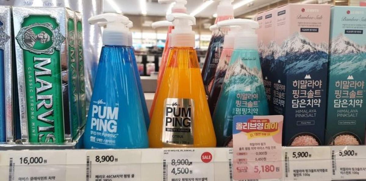 Vẫn tại Hàn Quốc, bạn có thể chọn mua một hộp kem đánh răng có vòi bơm, bơm một lượng kem đánh răng vừa đủ, được tính toán trước, thay vì bạn phải bóp tuýp kem đánh răng và gặp phải tình trạng lúc thừa, lúc thiếu kem đánh răng.