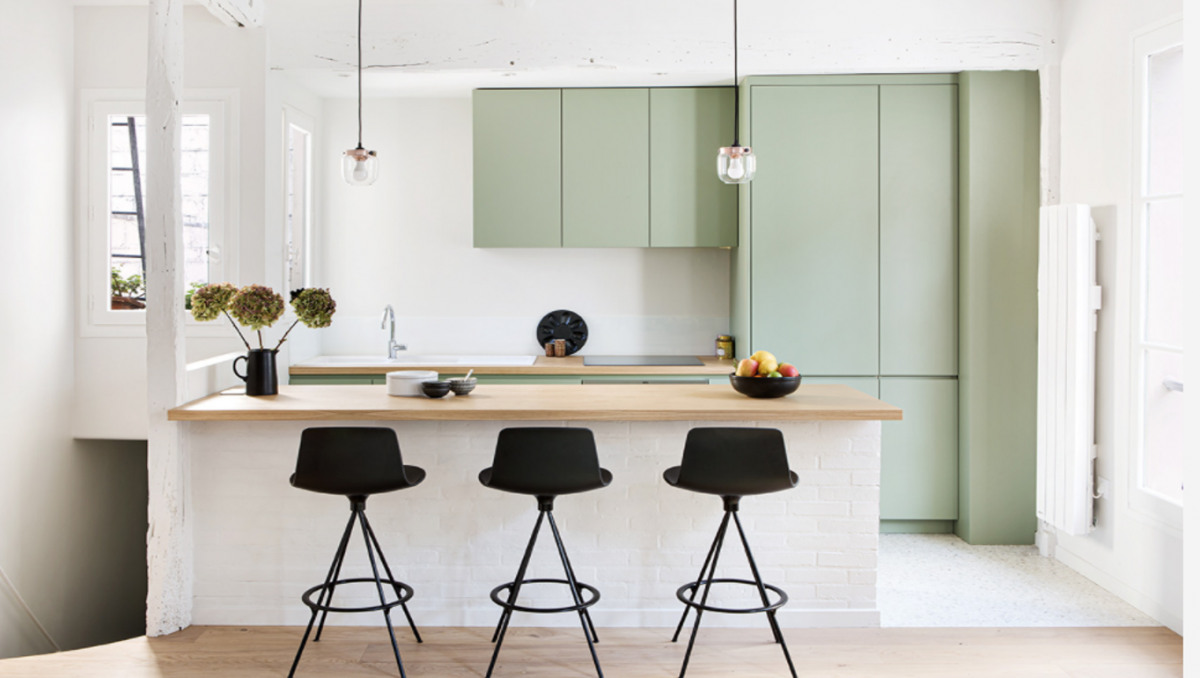 Căn bếp tại Paris, Pháp, này là thiết kế được ưa chuộng và được tải xuống nhiều nhất tại Pháp kể từ khi nước Pháp bước vào đợt phong tỏa chống Covid lần thứ nhất. Thiết kế cũng rất đặc trưng cho xu thế đang thịnh hành ở Pháp, đó là việc sử dụng các gam màu tự nhiên, nhẹ như thể hiện ở tủ bếp, quầy bếp và sàn nhà.
