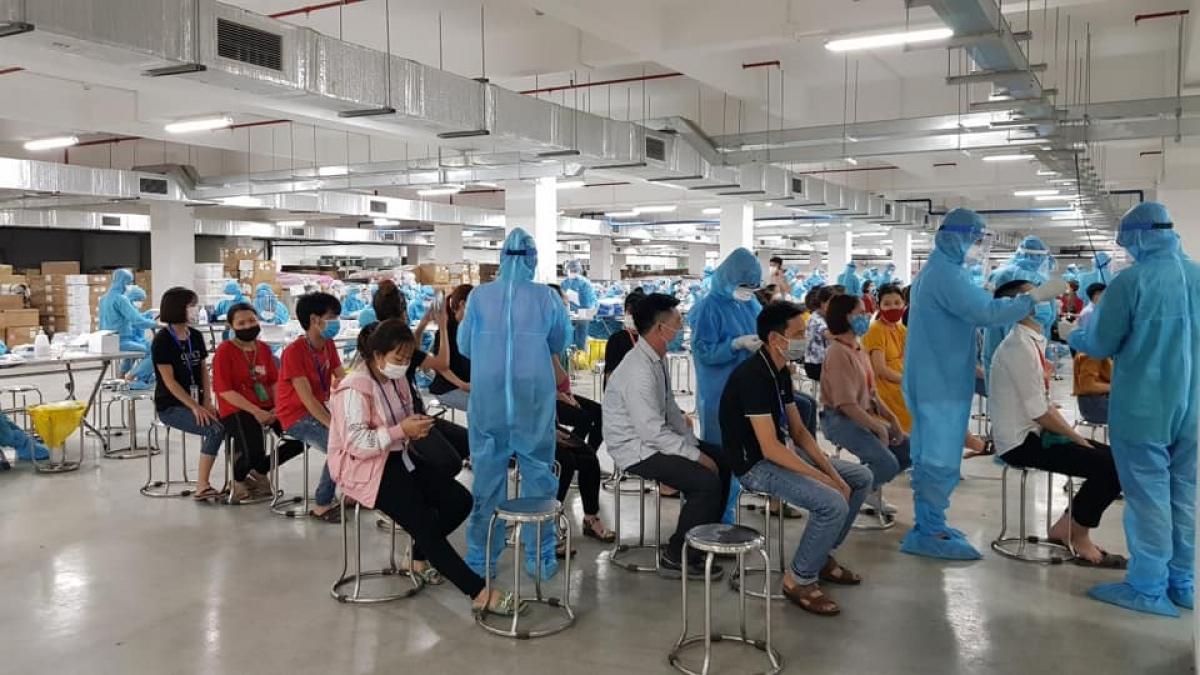 Trong sáng 16/5, đoàn nhân viên y tế tiến hành lấy mẫu bệnh phẩm cho khoảng 3.500 công nhân tại các công ty khác thuộc khu công nghiệp Quang Châu. (ảnh: Ngân Hà)