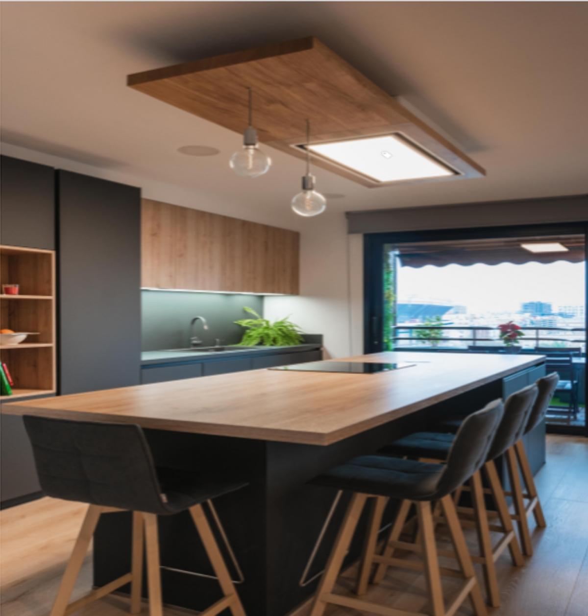 Tương tự như căn nhà tại Munich, Đức, căn nhà ở Valencia, Tây Ban Nha này kết hợp gam màu ghi xám với màu gỗ tự nhiên, tạo nên vẻ thanh lịch, tao nhã cho không gian bếp. Căn bếp cũng mở hướng nhìn ra sân, đón nguồn ánh sáng tự nhiên cho căn phòng.