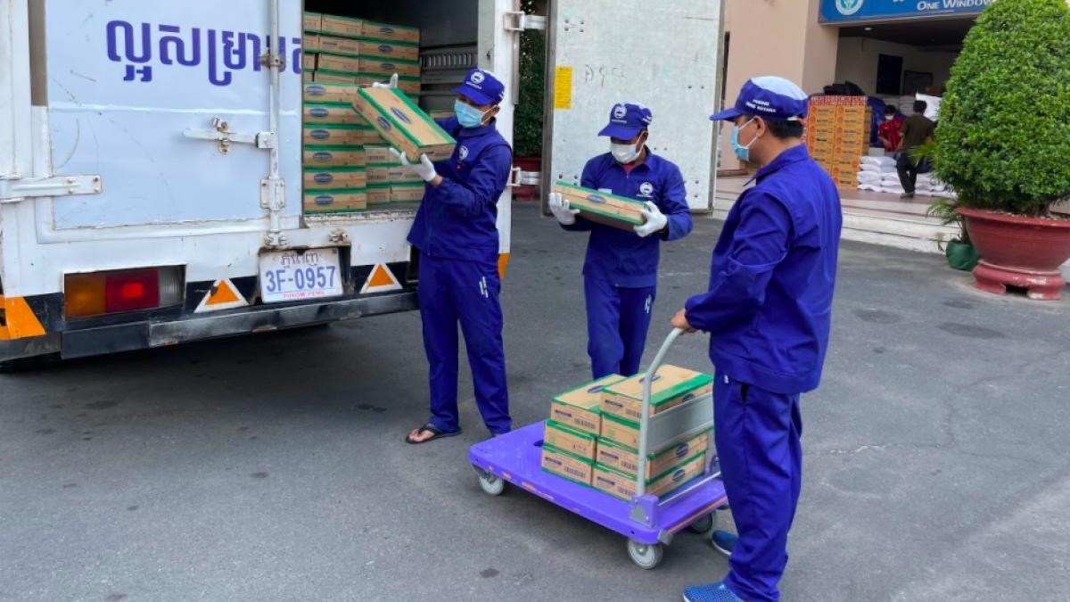 Công tác giao nhận sữa cho chính quyền Phnom Penh được nhà máy Angkormilk thực hiện cẩn trọng tuyệt đối theo qui định phòng dịch Covid-19.