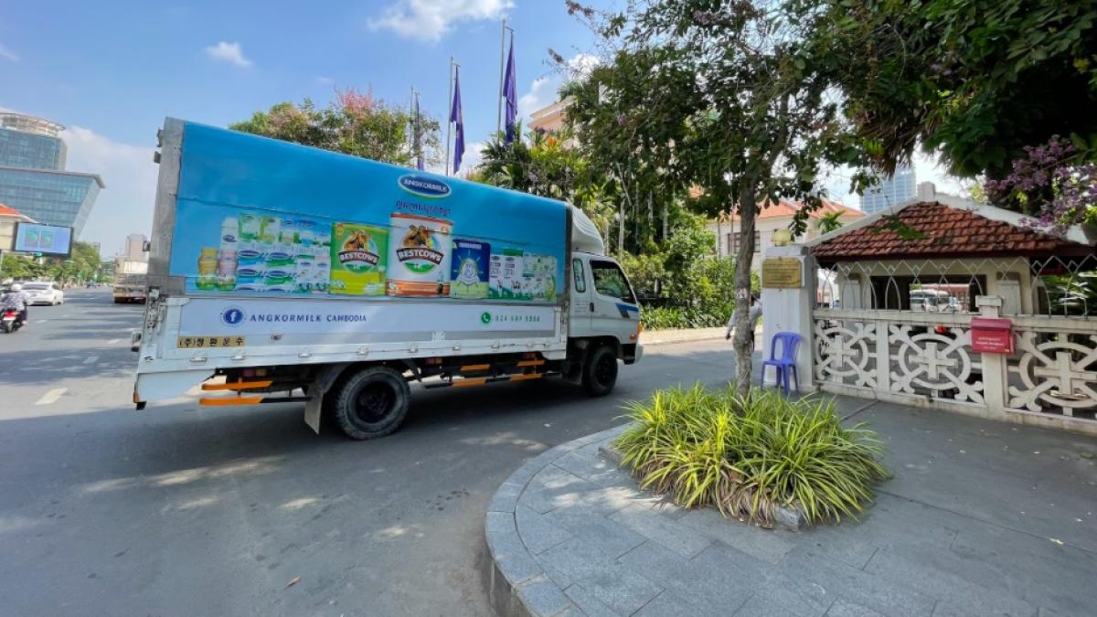 """Các chuyến xe của Angkormilk kịp thời mang sữa đến các """"vùng đỏ"""" tại thủ đô Phnom Penh ngay giai đoạn phong tỏa, cách ly gắt gao."""