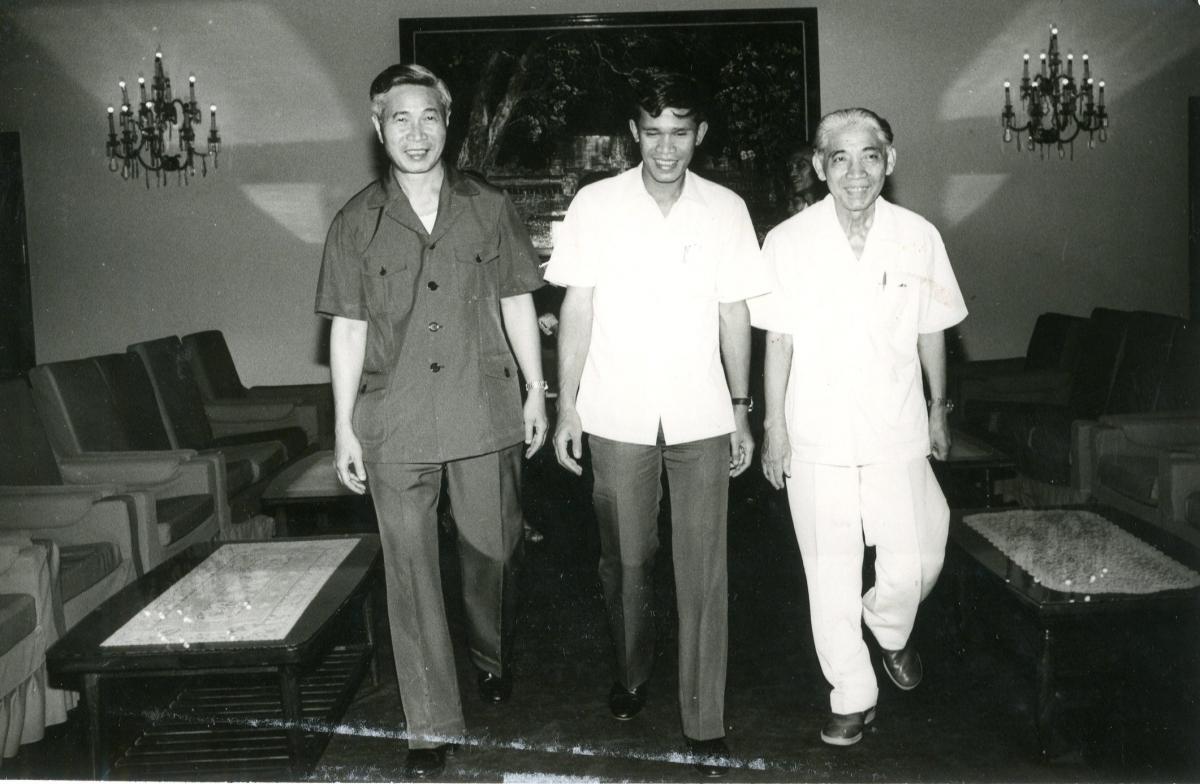 Nhà ngoại giao Nguyễn Cơ Thạch (ngoài cùng bên trái) tại Hội nghị Ngoại trưởng ba nước Đông Dương - Phnom Penh năm 1985.