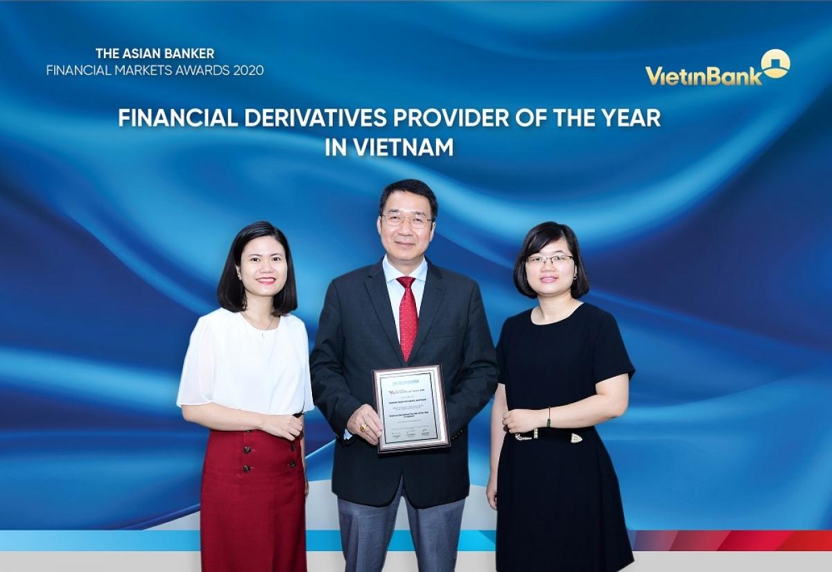 Ông Nguyễn Đức Thành - Phó Tổng Giám đốc kiêm Giám đốc Khối Kinh doanh Vốn và Thị trường VietinBank và đại diện Phòng Kinh doanh ngoại hối, Kinh doanh vốn nhận giải thưởng của The Asian Banker