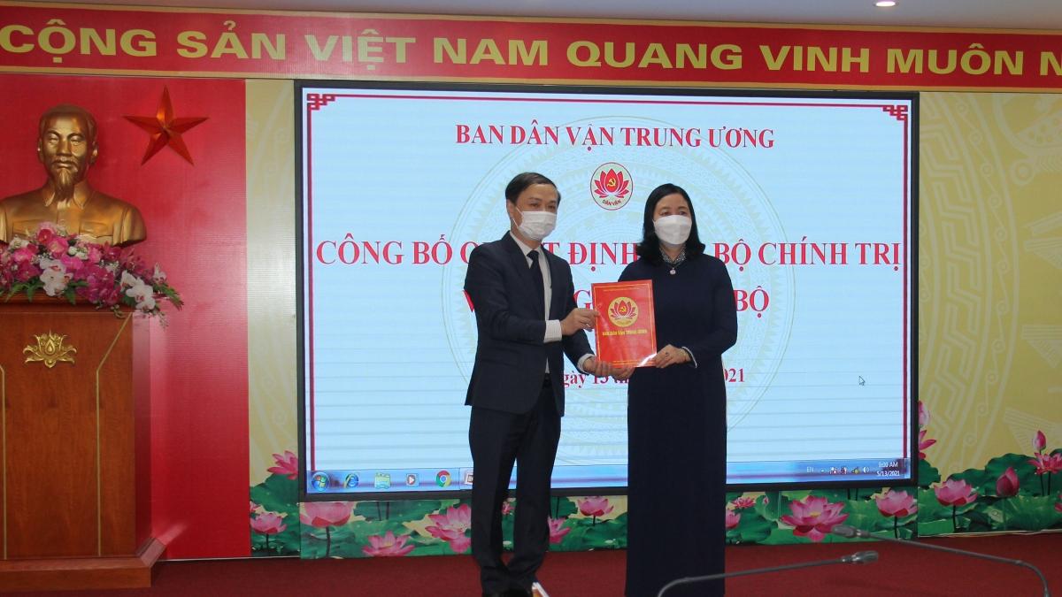 Bà Bùi Thị Minh Hoài trao quyết định cho ông Phạm Tất Thắng