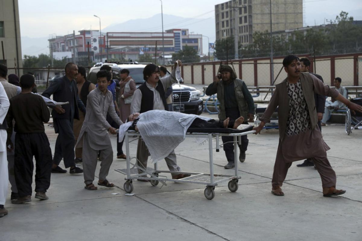 Các vụ đánh bom diễn ra trước cổng trường trung học Sayed ul Shuhada ở Kabul. (Ảnh: AP)
