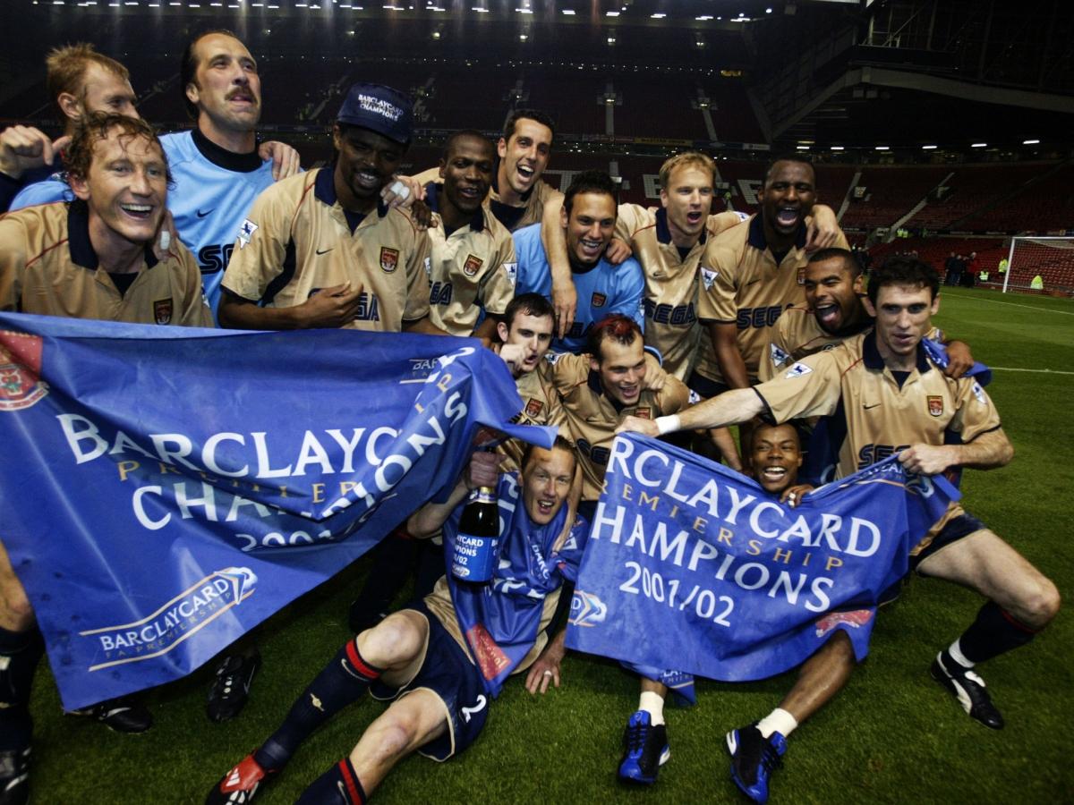 Các cầu thủ Arsenal ăn mừng sau khi đánh bại MU để chính thức vô địch Ngoại hạng Anh ngày này 19 năm trước. (Ảnh: Getty).