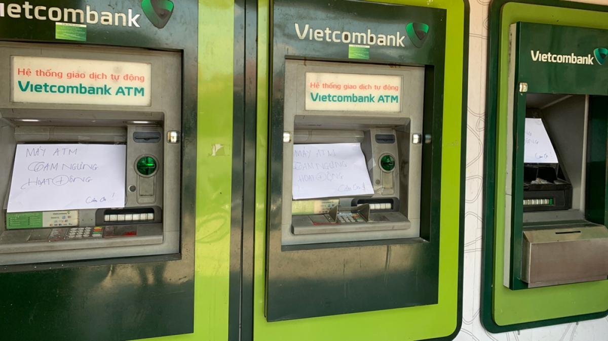 Trụ ATM bị đập vỡ.
