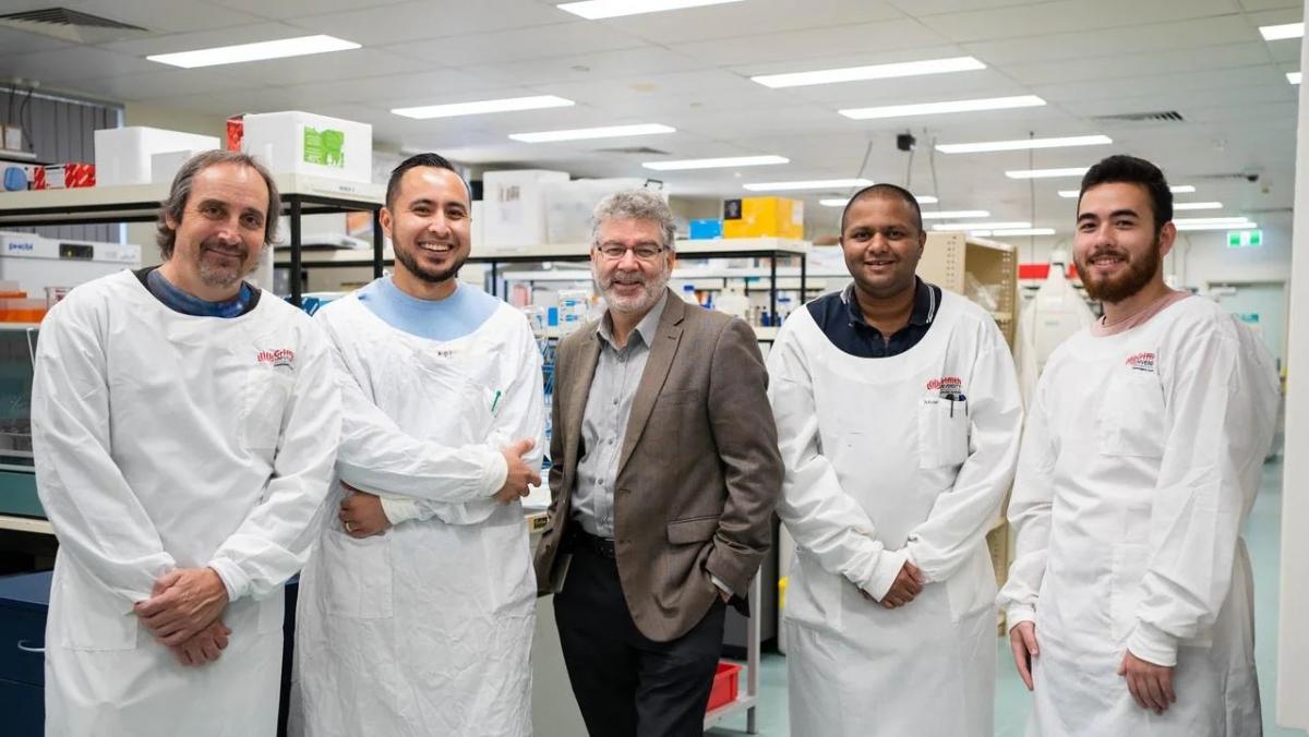 Giáo sư Nigel McMillan (giữa) và các đồng nghiệp tại Viện Y học Menzies, bang Queensland, Australia. Ảnh: The Australian