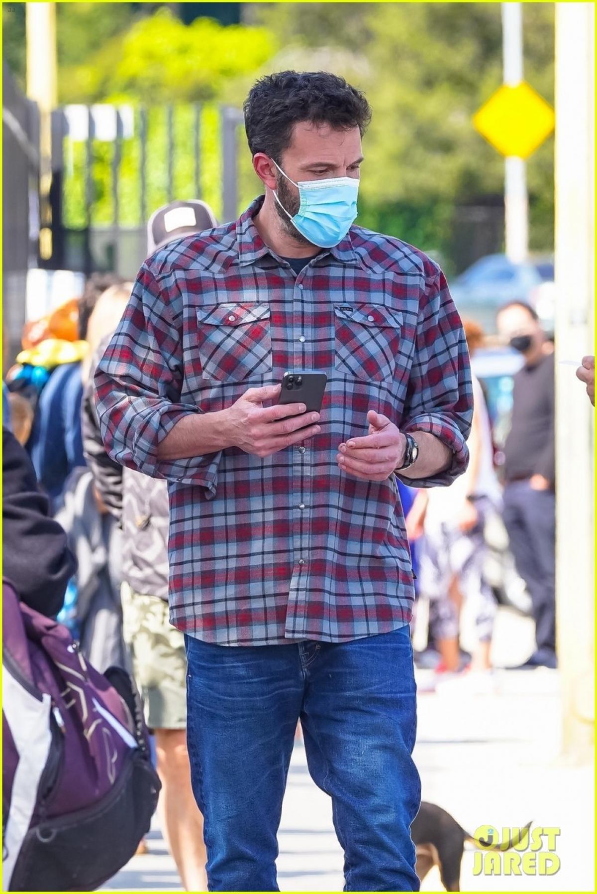 Ben Affleck bị cánh săn ảnh bắt gặp khi đang đưa con út Samuel đi học bơi ở Los Angeles ngày 14/5.