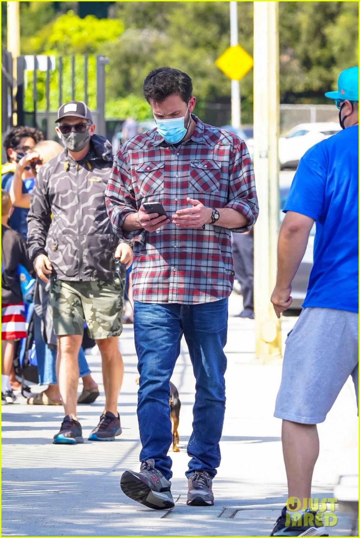Anh liên tục sử dụng điện thoại khi xuất hiện trên phố.