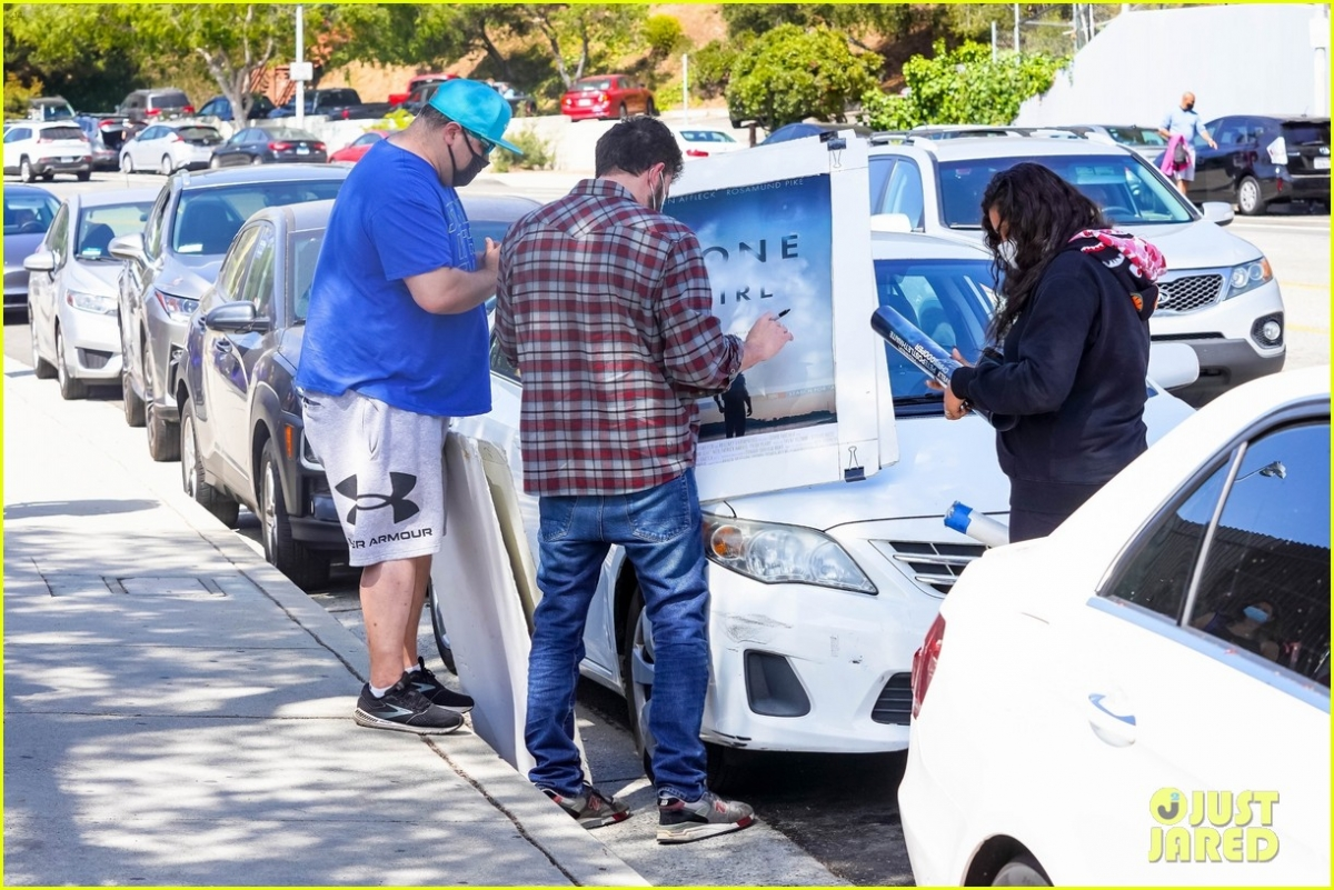 """... Và xin anh chữ ký vào tấm áp phích quảng bá cho bộ phim """"Gone Girl """" của anh được treo trên ô tô."""