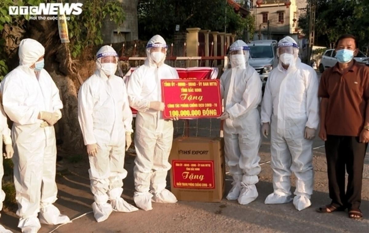 Lãnh đạo tỉnh Bắc Ninh tặng quà, hỗ trợ người dân vùng dịch Thuận Thành.