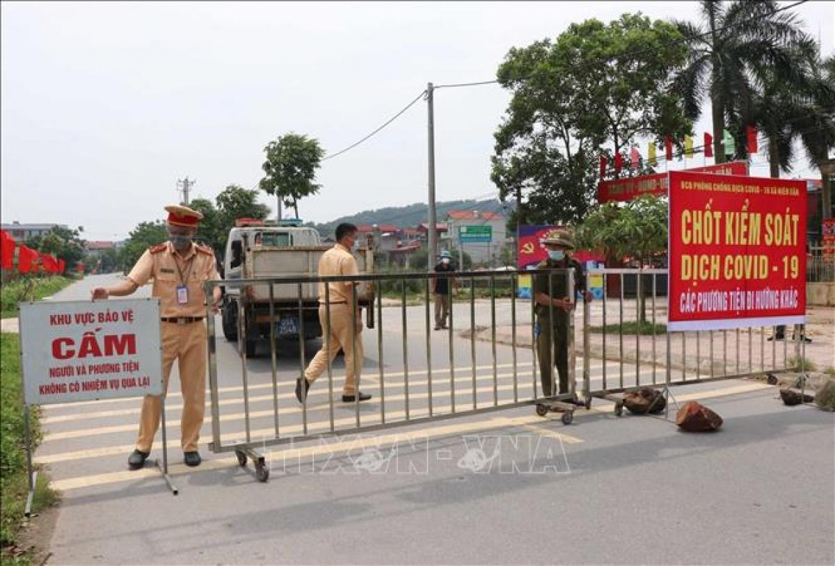 Lực lượng chức năng lập rào chăn chốt dịch tại thôn Kiều, xã Hiên Vân, huyện Tiên Du, tỉnh Bắc Ninh. (Ảnh: TTXVN)