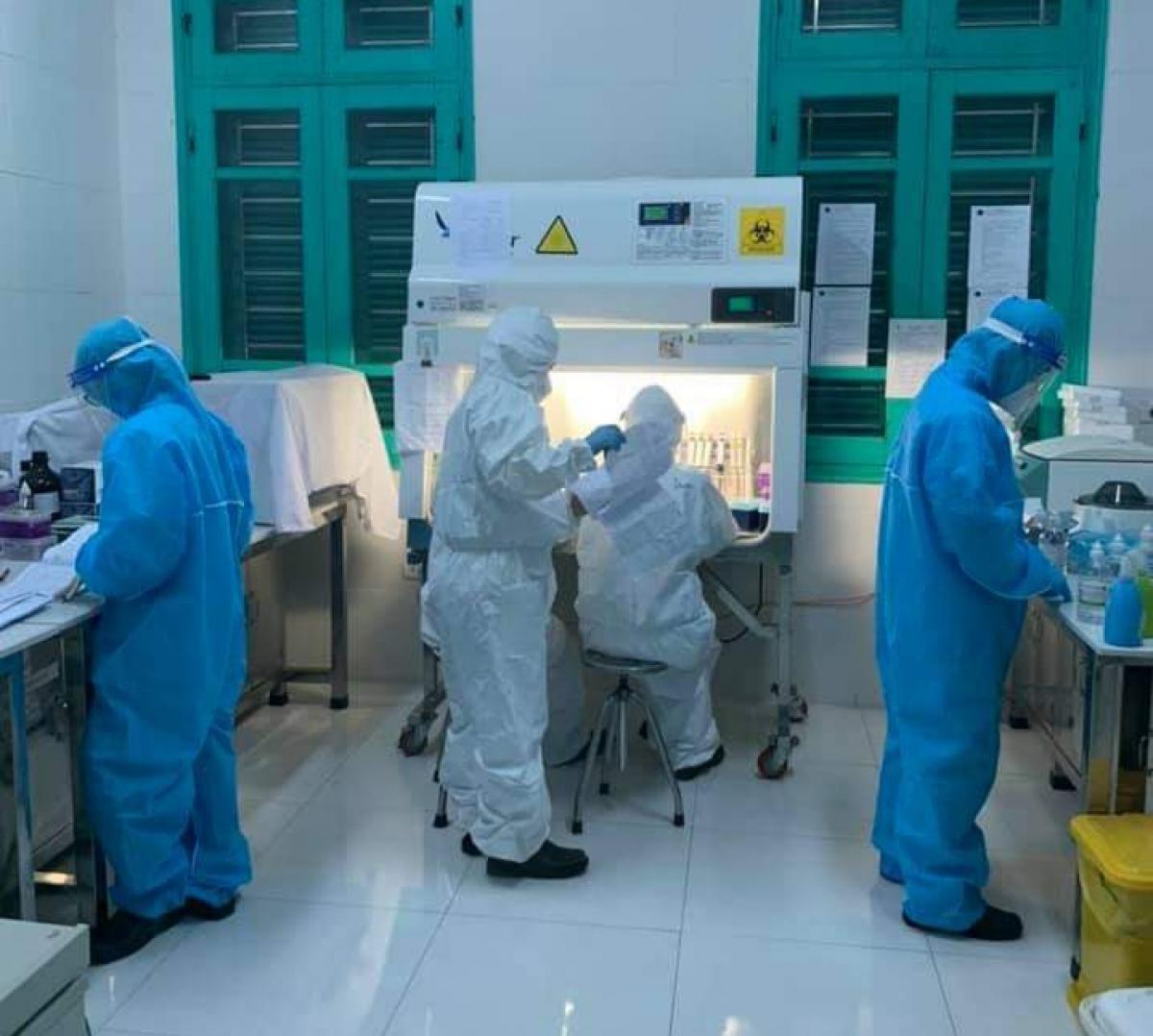 Cán bộ trung tâm CDC Bắc Kạn thức xuyên đêm để lấy mẫu và triển khai xét nghiệm đối với các trường hợp F1. (Ảnh: CDC Bắc Kạn)