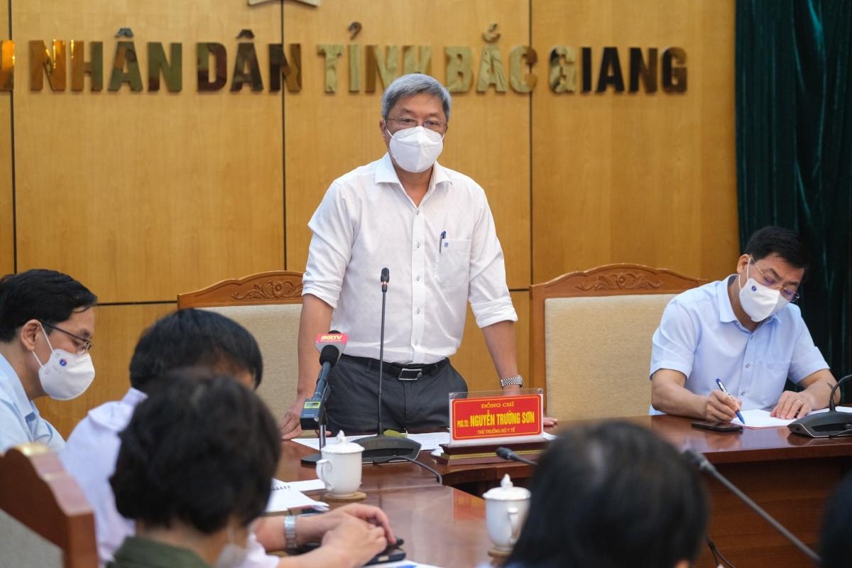 Thứ trưởng Nguyễn Trường Sơn làm việc với UBND tỉnh Bắc Giang về phòng, chống dịch COVID-19. (Ảnh: Bộ Y tế)