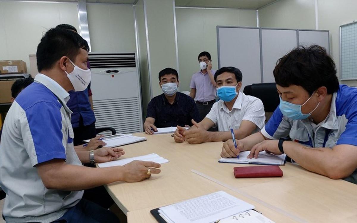 Tổ kiểm tra, giám sát phòng, chống COVID-19 trên địa bàn các KCN tỉnh Bắc Giang khẩn trương truy vết tại KCN Quang Châu, huyện Việt Yên. (Ảnh: LĐLĐ Việt Nam)