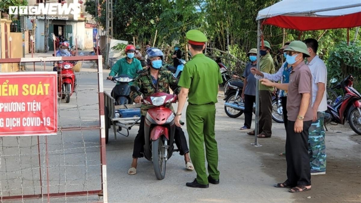 Lực lượng chức năng huyện Thuận Thành lập 7 chốt chặn, kiểm soát dịch bệnh Covid-19 tại xã Mão Điền và không cho người dân trong xã di chuyển ra ngoài.