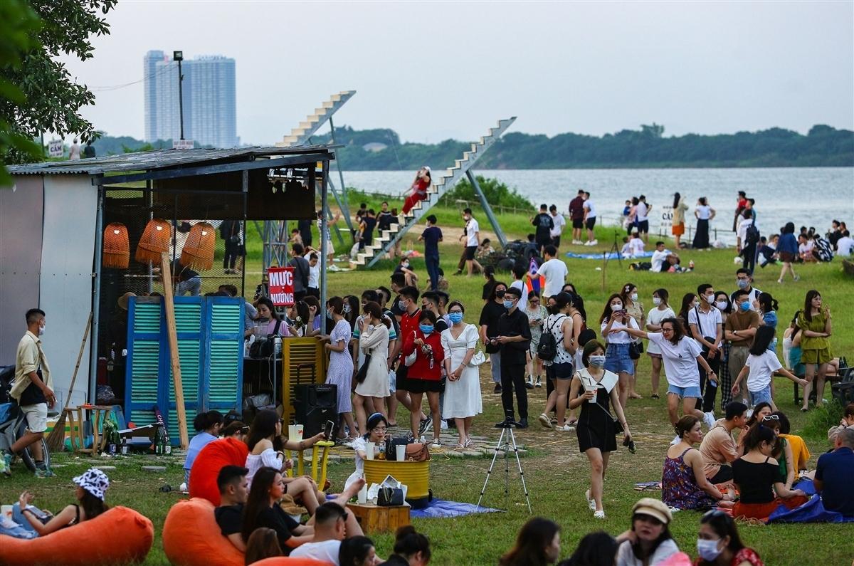 Nhiều người kéo đến bãi sông Hồng vui chơi bất chấp dịch COVID-19.