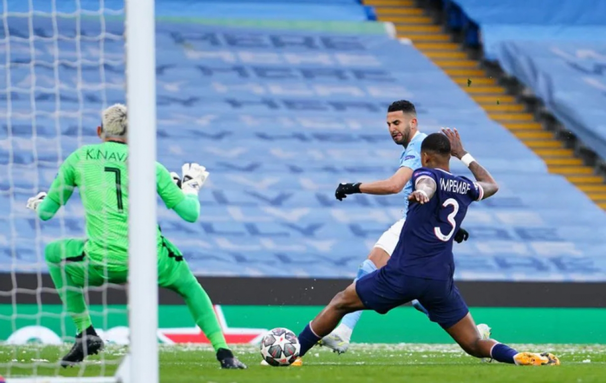 Tuy nhiên, chỉ từ một tình huống lên bóng nhanh ở phút 11, Mahrez đã dứt điểm chính xác mở tỷ số trận đấu cho Man City.