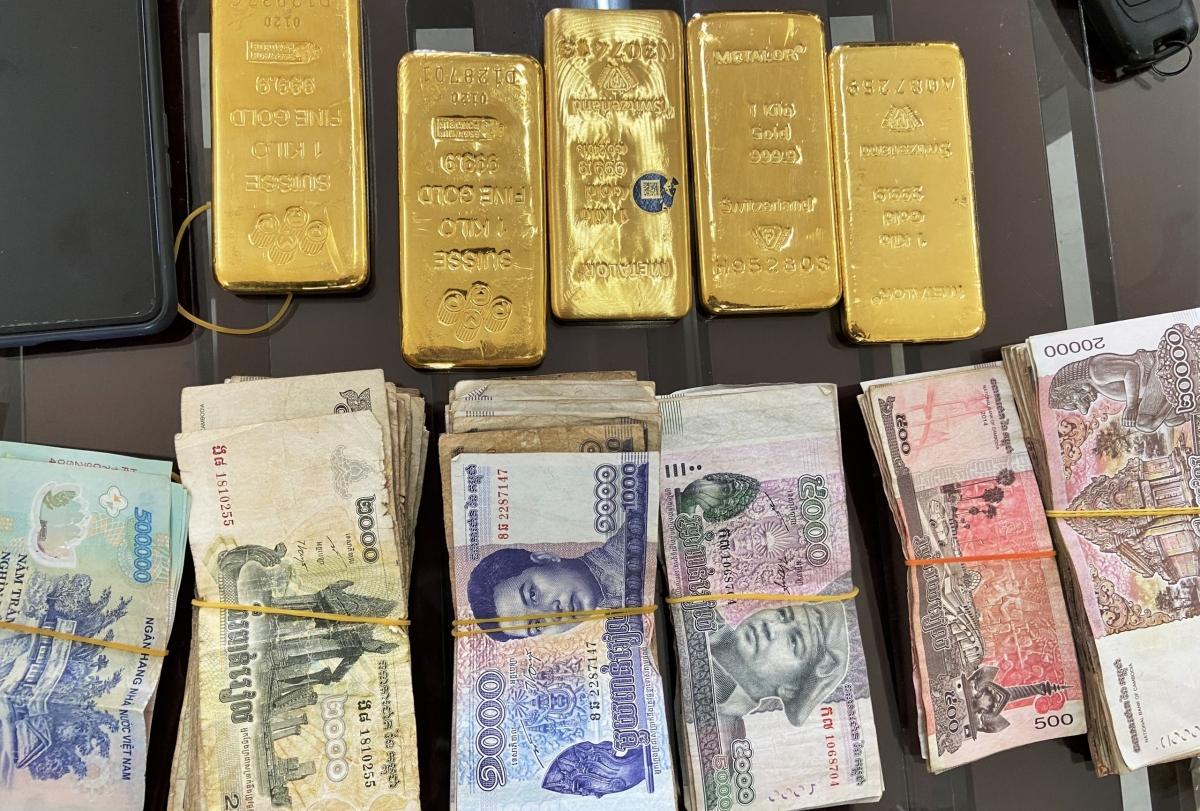 Tang vật khoảng 5kg kim loại nghi là vàng và 1,040 triệu tiền Riel (tiền Campuchia), 1 điện thoại di động và một số giấy tờ tùy thân.