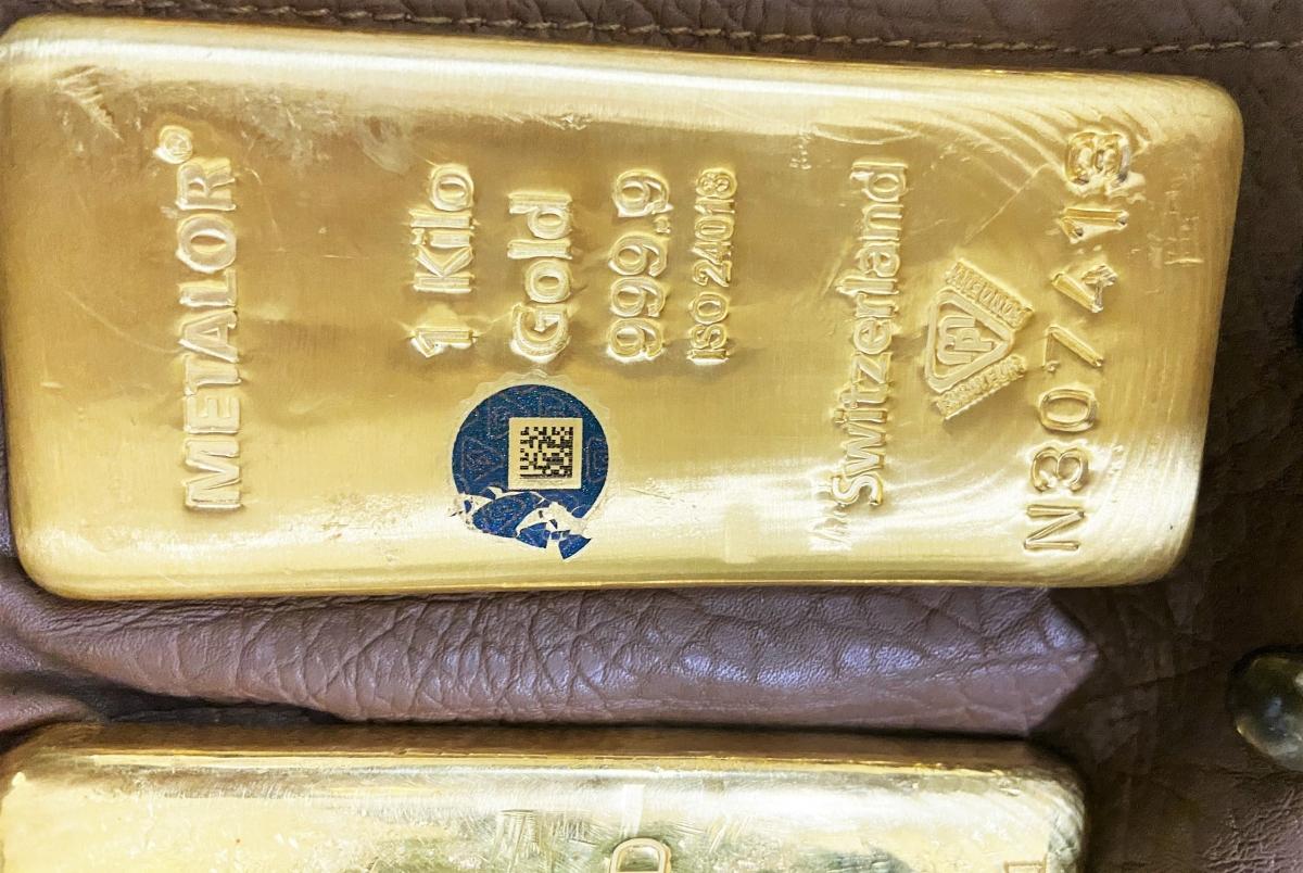 Mỗi thỏi kim loại có trọng lượng 1 kg.