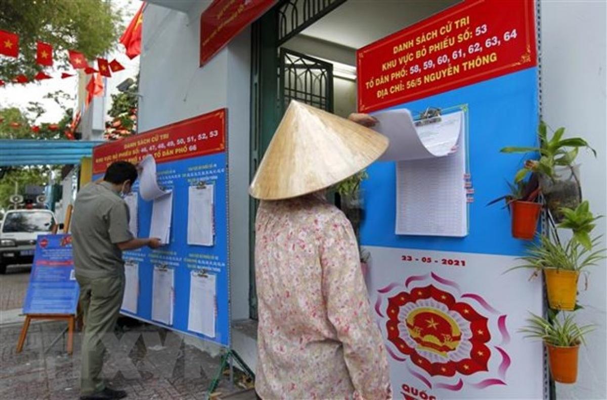 Cử tri phường 9, Quận 3, TP.HCM, kiểm tra danh sách tại khu vực bỏ phiếu số 53, đường Bà Huyện Thanh Quan. (Ảnh: Thanh Vũ/TTXVN)