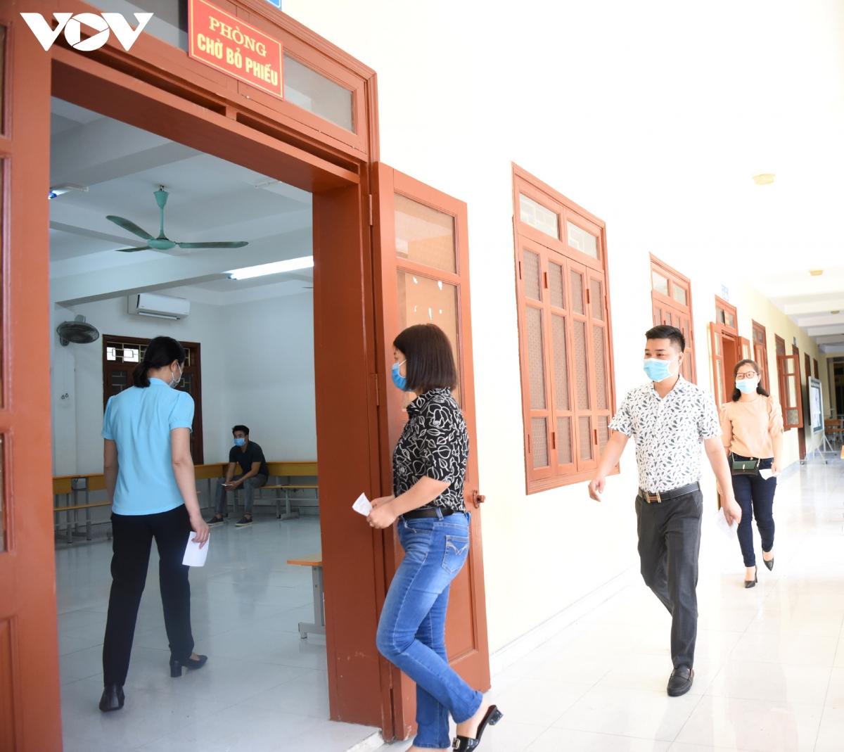"""""""Cử tri"""" tiến vào phòng chờ bỏ phiếu trước khi đến lượt thực hiện việc bỏ phiếu bầu cử Đại biểu Quốc hội khóa XV và đại biểu HĐND các cấp nhiệm kỳ 2021-2026"""